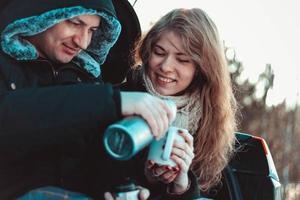 ein Mann und eine Frau auf dem LKW des Autos. ein glückliches Paar foto