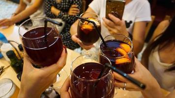 fröhliche Gesellschaft in der Bar hält Gläser foto