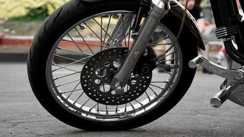 Motorrad-Rad-Nahaufnahme auf einem unscharfen Hintergrund. Rad auf Asphalt foto