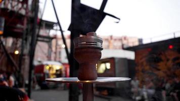 Nahaufnahme einer Shisha-Schüssel mit Holzkohle. Shisha-Bar draußen. foto