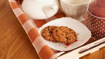 hausgemachte Haferflocken-Cookies auf einem Holztablett. das Konzept des Frühstücks foto
