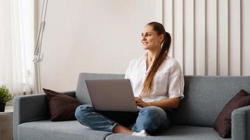 Frau, die von zu Hause oder vom Studenten am Laptop arbeitet foto