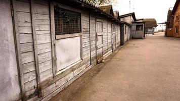 ländliche Gebäude aus Holz. alte Schuppen. Zoo-Lagerräume foto