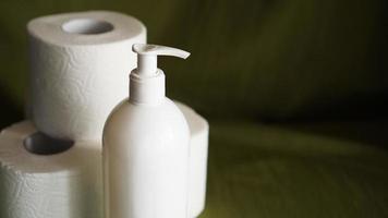 Desinfektionsmittel, Händedesinfektionsmittel, gegen Coronavirus. Toilettenpapier foto