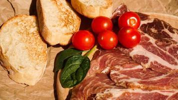 Brotscheiben, Kirschtomaten, Spinat und Schinken. Zutaten foto