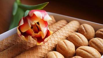 Shortbread-Kekse und Tulpen. Geschenk an die Frau. foto