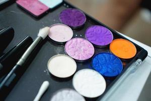 Palette von Schatten für Make-up auf einem unscharfen Hintergrund, Nahaufnahme foto