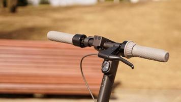 Nahaufnahme des Lenkrads eines Elektrorollers draußen foto