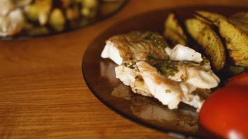 Fischgericht - gebratenes Fischfilet mit Bratkartoffeln und Gemüse foto