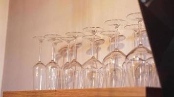 viele Weingläser im Regal foto