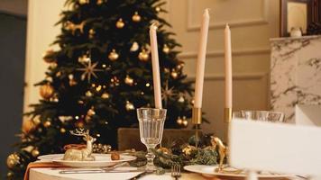 Tisch serviert für Weihnachtsessen im Wohnzimmer, Nahaufnahme foto