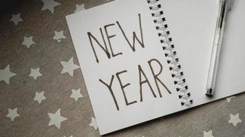 Notizbuch mit Stift zum Schreiben von Neujahrszielen foto