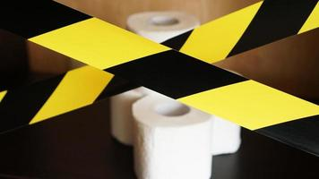 Stoppen Sie die Panik - Coronavirus. Toilettenpapier hinter dem Klebeband foto