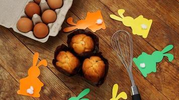 hausgemachter Muffin mit Papierkaninchen. Muffin und Eier auf einem Holz foto
