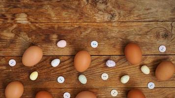 Eier auf einem hölzernen rustikalen Hintergrund mit Kopienraum für Text. foto