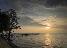 Sonnenuntergang und Blick auf den Pier in Kep an der Küste von Kambodscha foto