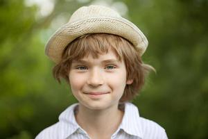 Junge im gestreiften Hemd gewebter Hut foto