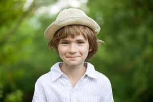 lächelnder blonder Junge mit Hut foto