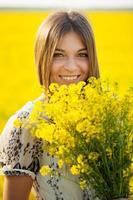 Mädchen mit einem Strauß wilder Blumen foto