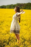 Frau breitet vor Freude die Hände aus foto
