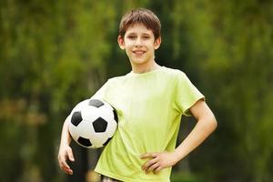 glücklicher Junge mit einem Fußball foto