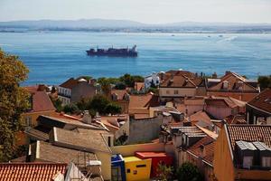 Landschaft mit städtischen Häusern und einem Schiff foto