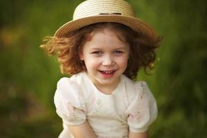 glückliches fröhliches Mädchen mit Hut foto