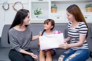glückliche familie, mutter und tochter geben geschenkbox mit tochter. foto