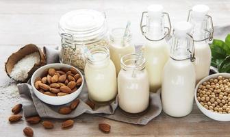alternative Arten von veganer Milch in Glasflaschen foto