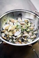 gedämpfte frische Moules-Muscheln in Knoblauch Zitrone und Olivenöl nach traditioneller portugiesischer Art nach Bu Hao Pato foto