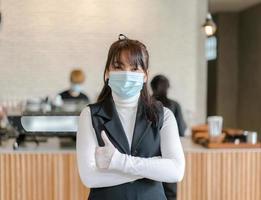 Coffeeshop-Geschäftsinhaber, der eine chirurgische Maske trägt. foto