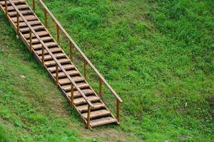 eine Holztreppe führt den Hügel hinauf. foto