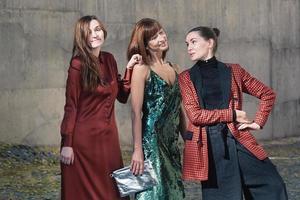 Drei hübsche Frauen unterhalten sich tagsüber im Freien foto
