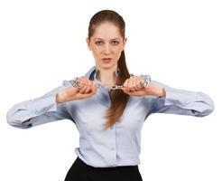 junge Frau, die versucht, eine Metallkette zu zerbrechen foto
