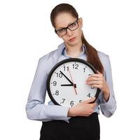 trauriges Mädchen mit einer großen Uhr foto