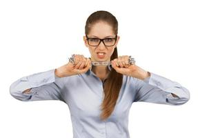 junge Frau, die versucht, eine Stahlkette zu brechen foto