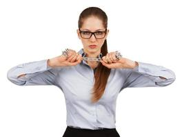 Frau, die versucht, eine Stahlkette zu brechen foto