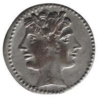 antike römische Münze isoliert über weiß foto