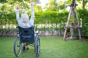 asiatische ältere Frau Patientenübung im Rollstuhl foto