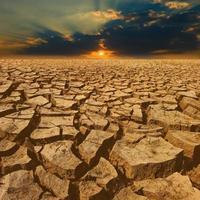 Riss Erde mit schönem Himmel bei Sonnenuntergang foto