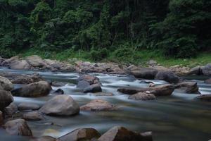 Regenwaldfluss in langer Explosionsfotografie foto