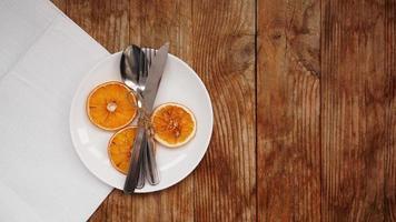 Draufsicht der Herbsttischdekoration über Holztisch mit Kopierraum foto