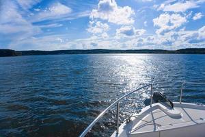schöne Aussicht vom Bug der Yacht seewärts foto