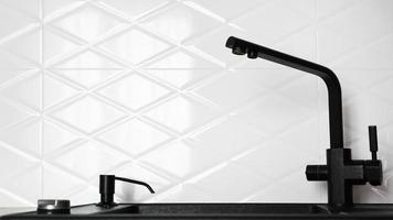 schwarze Küchenspüle in moderner weißer Innenarchitektur foto