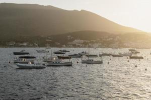 die verschiedenen Boote, die auf dem Ozean unterwegs sind foto