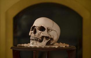alter männlicher Schädel auf dem Tisch. Schädel für das Ritual. foto