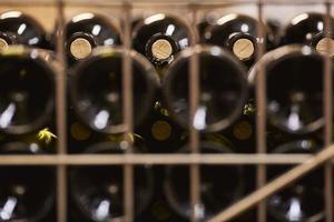 Flaschen Wein sitzen auf einem Weinberg foto