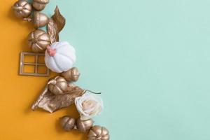 Herbsthintergrund mit goldenen Kürbissen foto