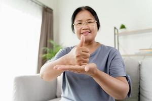 gehörlose behinderte frau mit gebärdensprache kommunizieren mit anderen menschen. foto