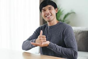 Gehörlose behinderte Menschen verwenden Gebärdensprache, um mit anderen Menschen zu kommunizieren. foto